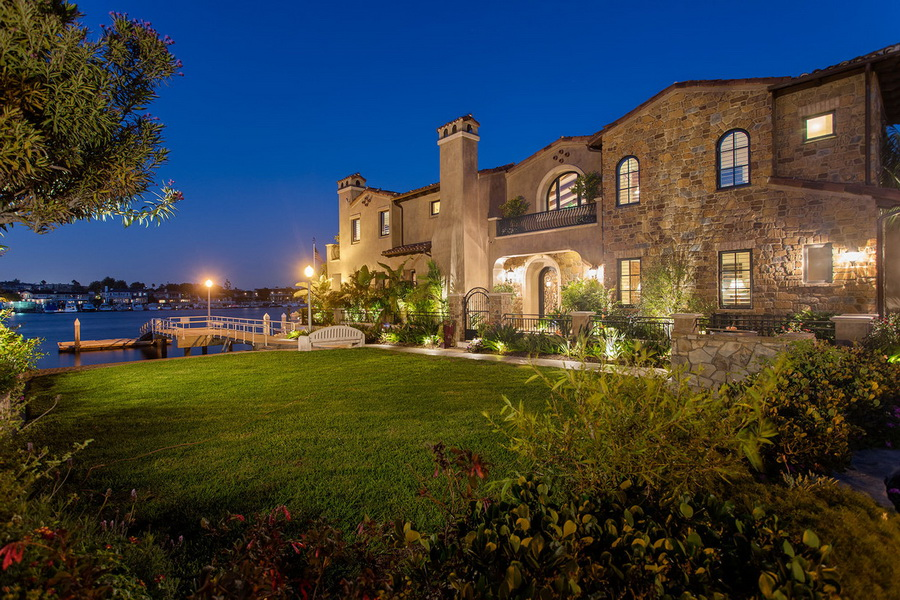 Stylish waterfront tuscan style home in the heart of los for Tuscan luxury homes